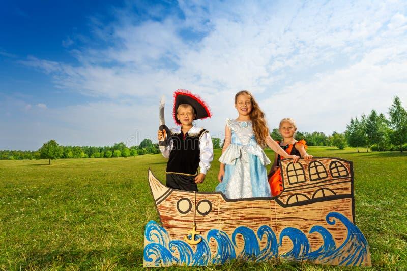 Piraat met zwaard en twee prinsessentribune op schip royalty-vrije stock afbeeldingen