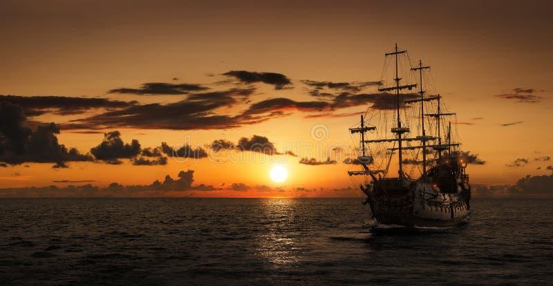 Piraatschip bij de open zee stock fotografie