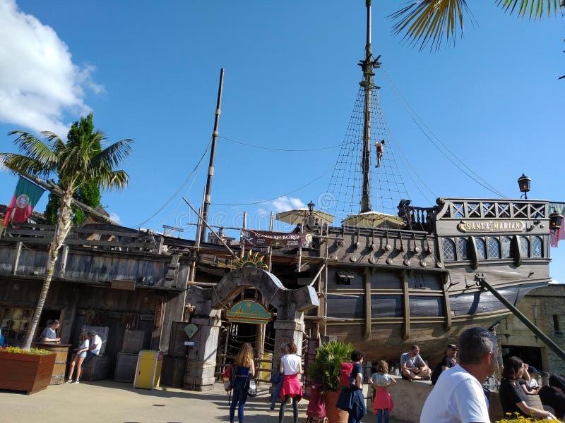 Piraatschip in de magische wereld van Europa park, Duitsland royalty-vrije stock foto