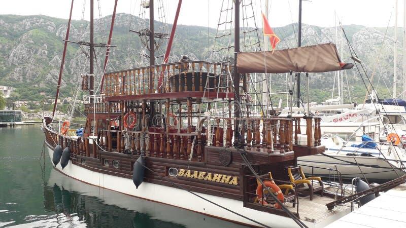 Piraatschip in Haven van Kotor stock afbeelding