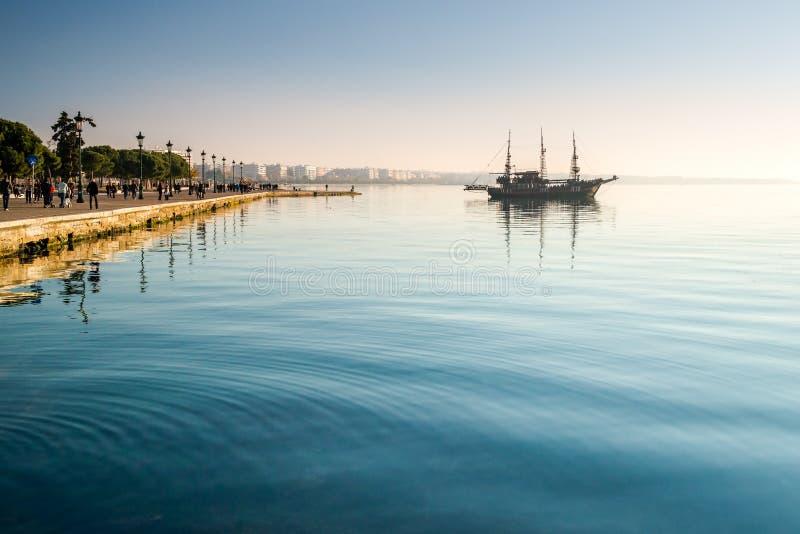 Piraatschip (koffie, bar) Arabella in Thessaloniki, Griekenland royalty-vrije stock afbeelding