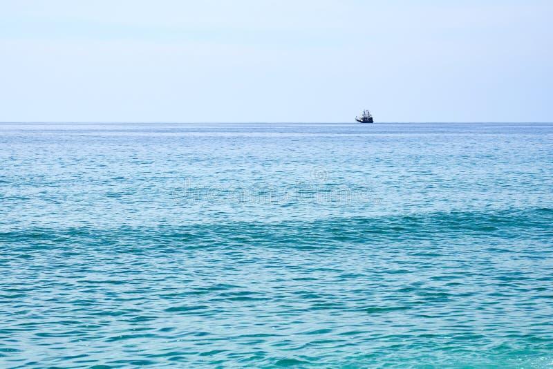 Piraatschip op de horizon royalty-vrije stock afbeeldingen