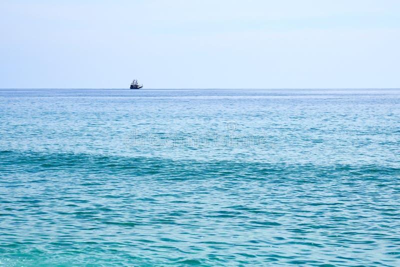 Piraatschip op de horizon royalty-vrije stock foto