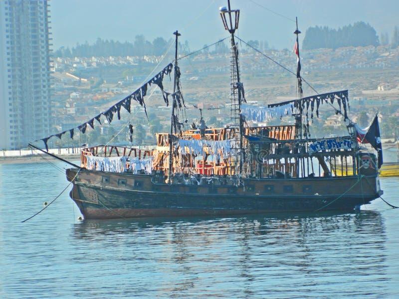 Piraatschip op het strand in Chili stock afbeeldingen