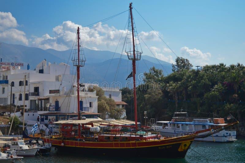 Piraatschip voor toeristen in een baai in Krete, Griekenland royalty-vrije stock afbeelding