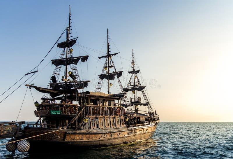 Piraatschip in zonsondergang stock afbeeldingen