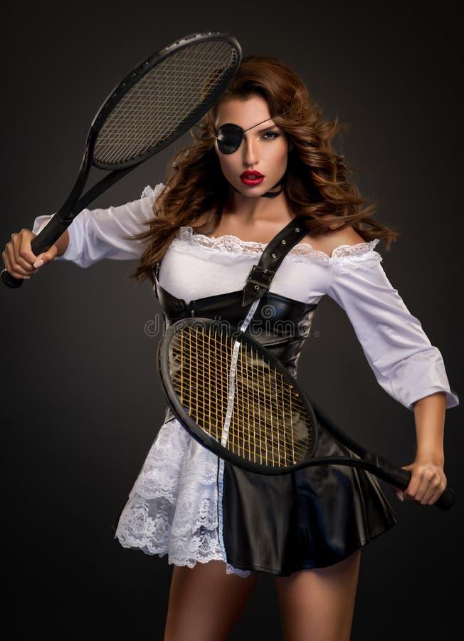 Piraatvrouw met tennisrackets en oogflard royalty-vrije stock foto