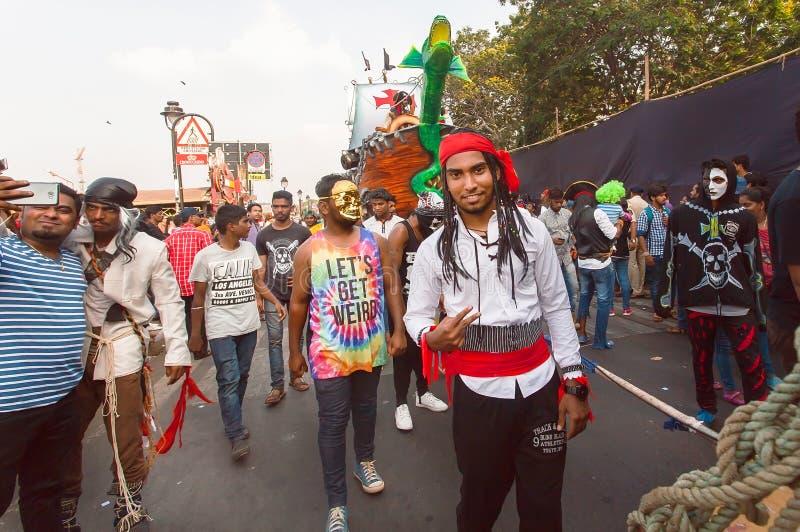 Piraci i inni dziwni persons ma zabawę na tradycyjnym Goa karnawale obrazy royalty free