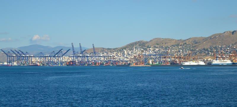 Piraeus port i den Saronic golfen, Aten, Grekland på Juni 19, 2017 royaltyfria bilder