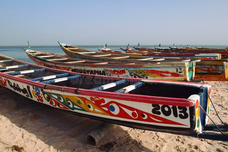 Piraguas de la pesca en el río de Saloum fotografía de archivo