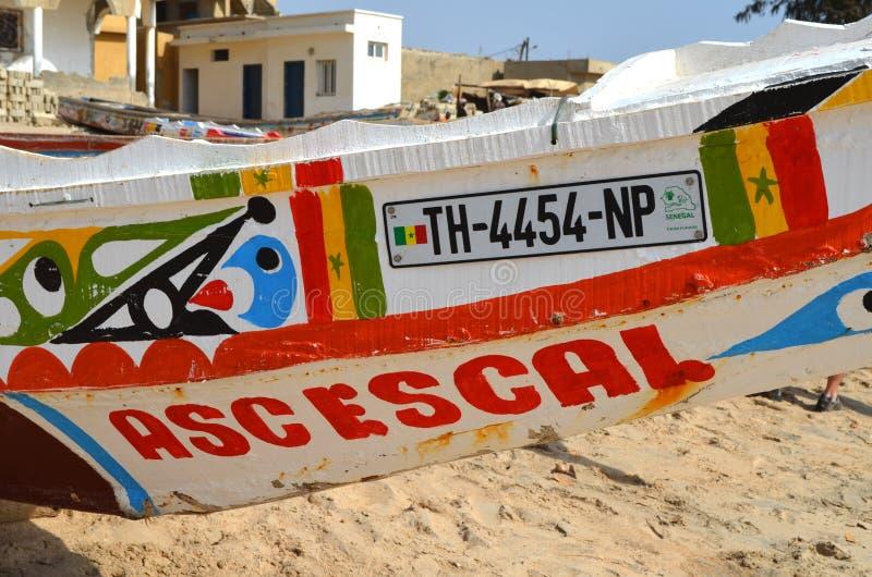 Piraguas de madera artesanales de los barcos de pesca en el CÃ'te menudo de Senegal, África occidental foto de archivo libre de regalías