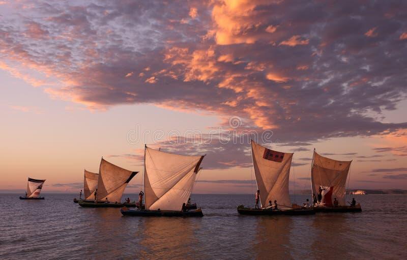 Piraguas tradicionales de la pesca en Anakao, Madagascar imagenes de archivo