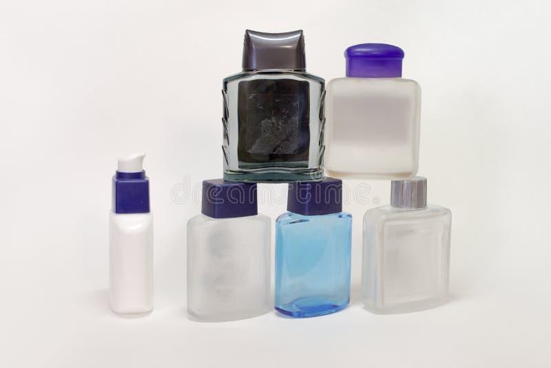Piramid de botellas vacías de lociones y de geles después del afeitado fotos de archivo