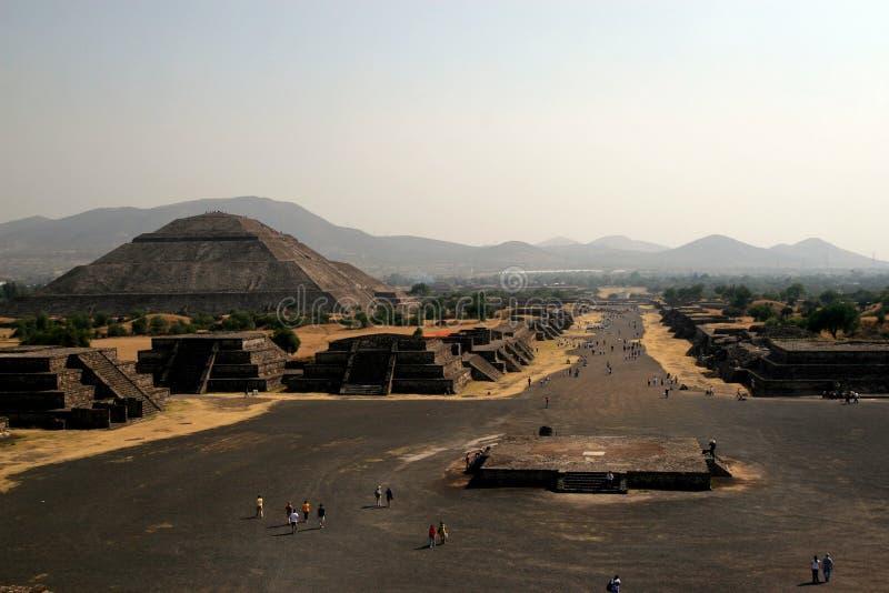 Piramid do Sun e da avenida do inoperante/Teotihuacan, México imagens de stock royalty free