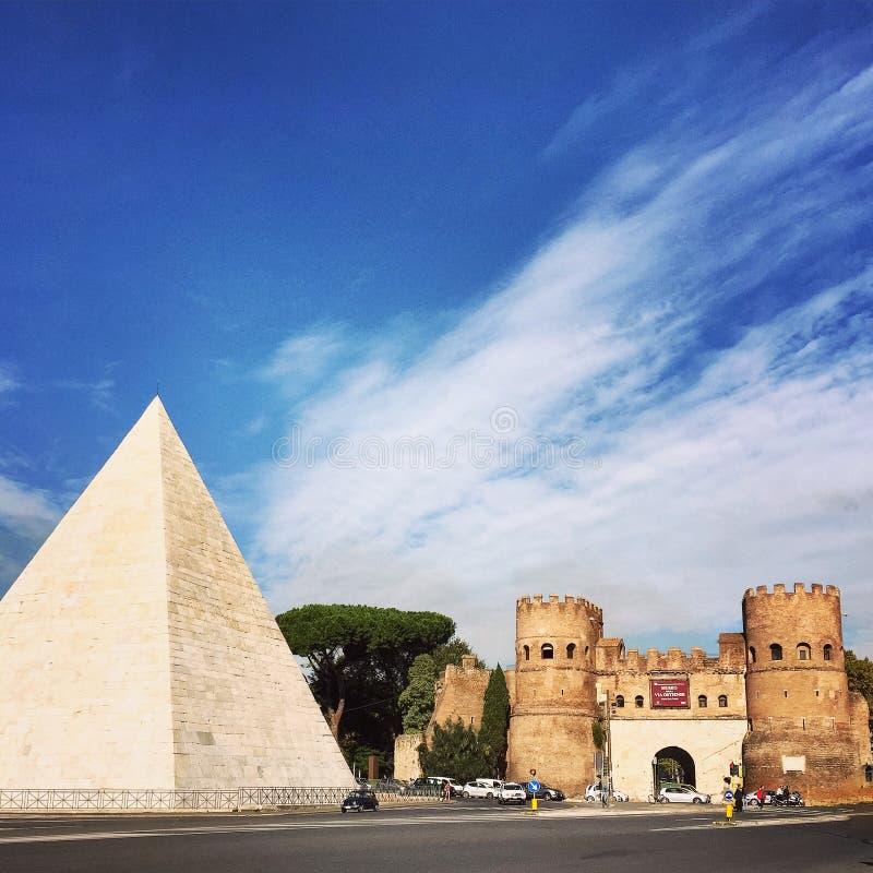 Piramide fotos de stock