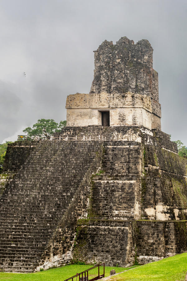 Piramide al quadrato principale della città Tikal, Guatemala, Ti di maya fotografia stock