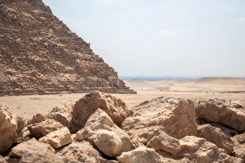 Piramide Cheops in Giza en stenen op voorgrond royalty-vrije stock foto's