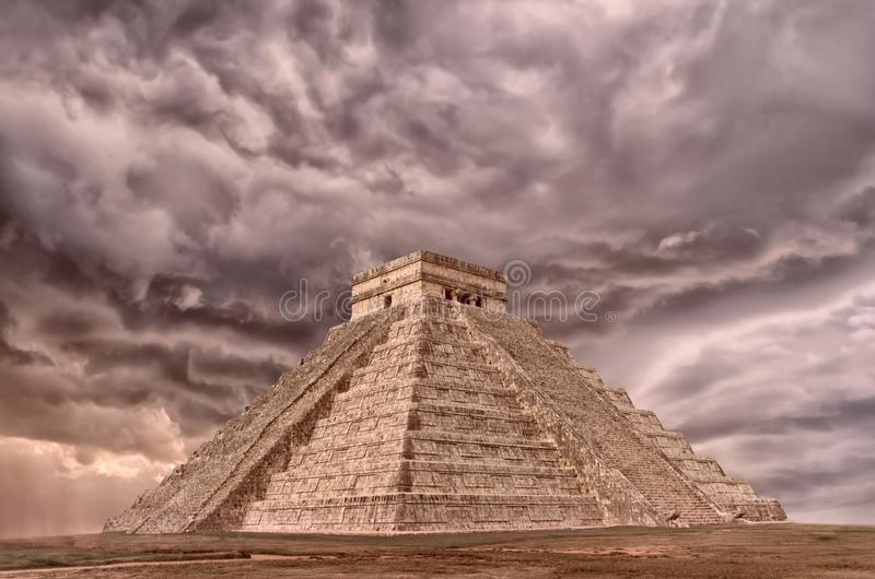 Piramide in Chichen Itza, Tempel van Kukulkan yucatan mexico royalty-vrije stock foto's
