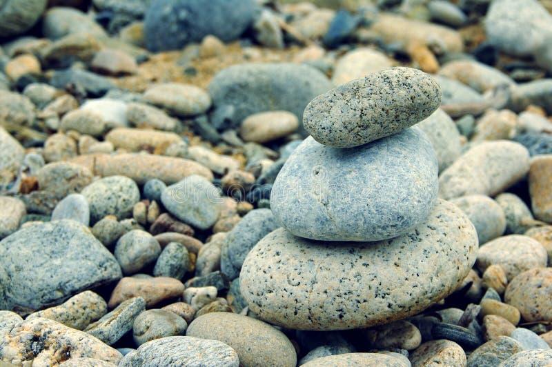 Piramide dalle pietre del mare Pietre del mare fotografie stock