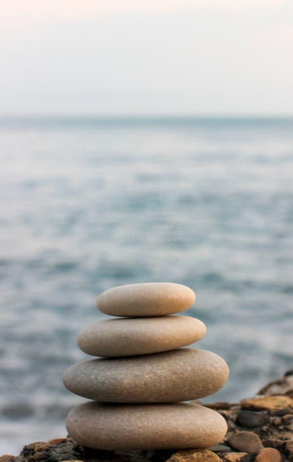 Piramide dalle pietre, pietre sulla riva di mare, armonia, pietra bianca fotografia stock libera da diritti