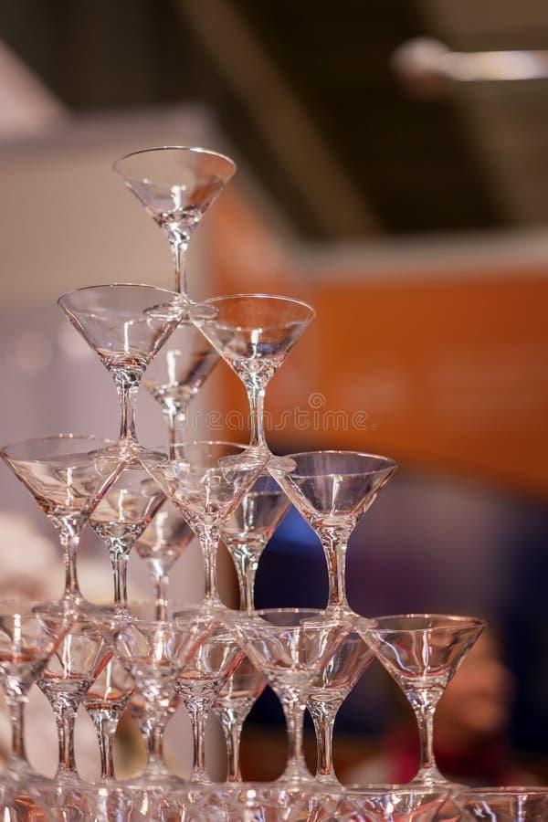Piramide dei vetri, ancora vuota, per le bevande, vino, champagne, umore festivo, celebrazione verticale fotografia stock libera da diritti