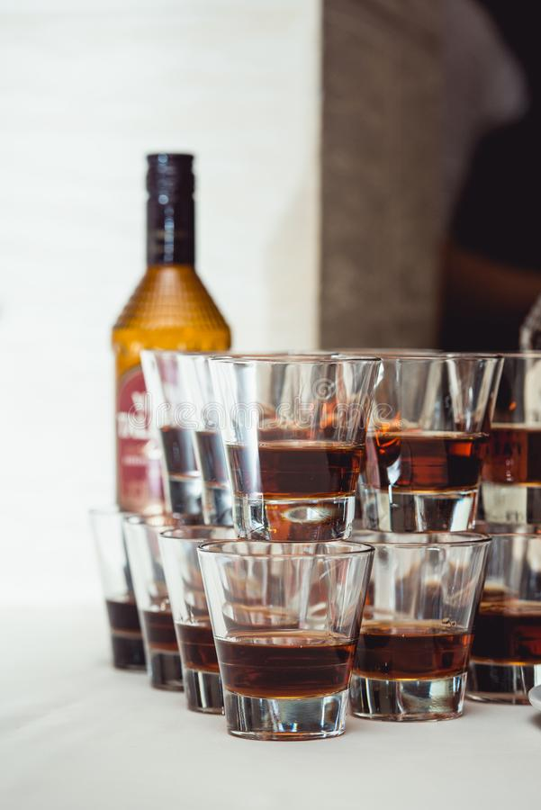 Piramide dei vetri di alcool fatti in una piramide per il partito di evento o la cerimonia di nozze immagine stock