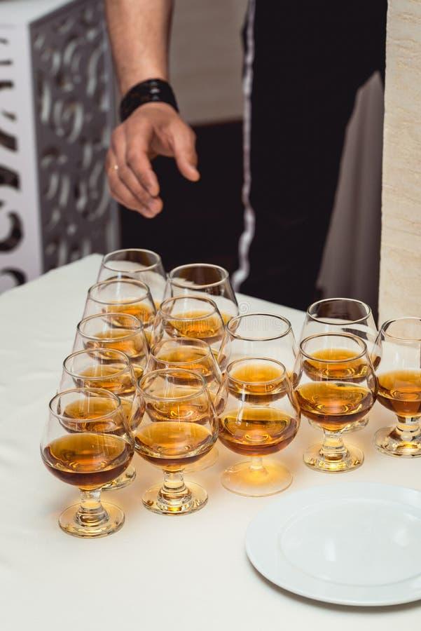 Piramide dei vetri di alcool fatti in una piramide per il partito di evento o la cerimonia di nozze immagini stock