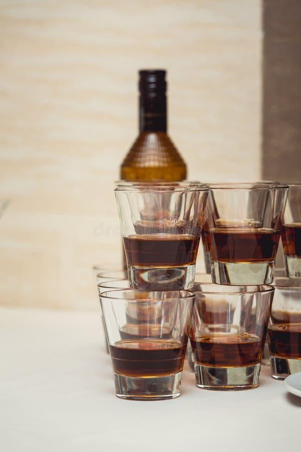 Piramide dei vetri di alcool fatti in una piramide per il partito di evento o la cerimonia di nozze fotografia stock libera da diritti