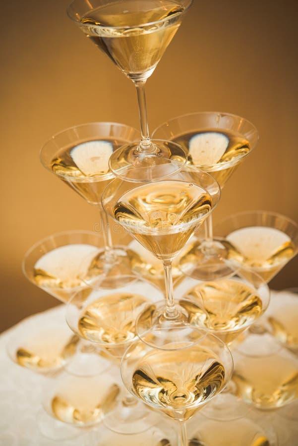Piramide dei vetri di champagne immagine stock