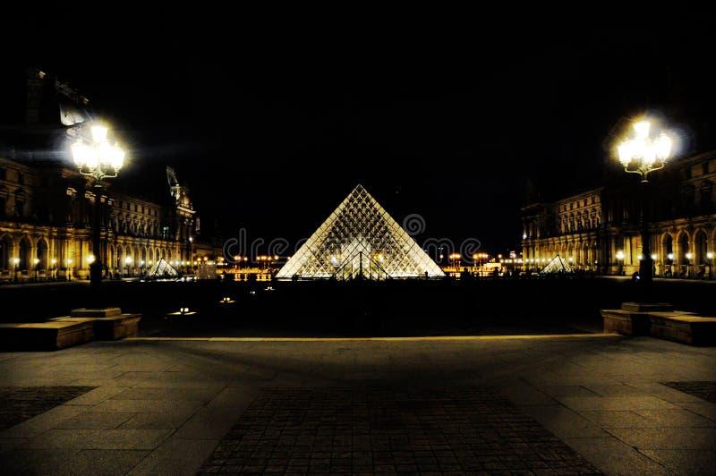 Piramide del Louvre di notte, Parigi, Francia immagini stock libere da diritti