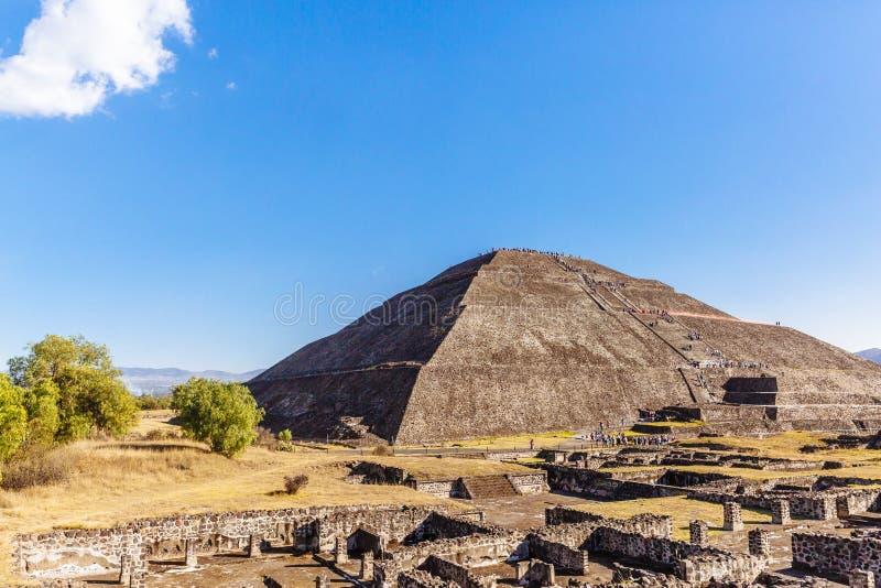 Piramide del Sun e delle rovine in Teotihuacan, Messico fotografie stock