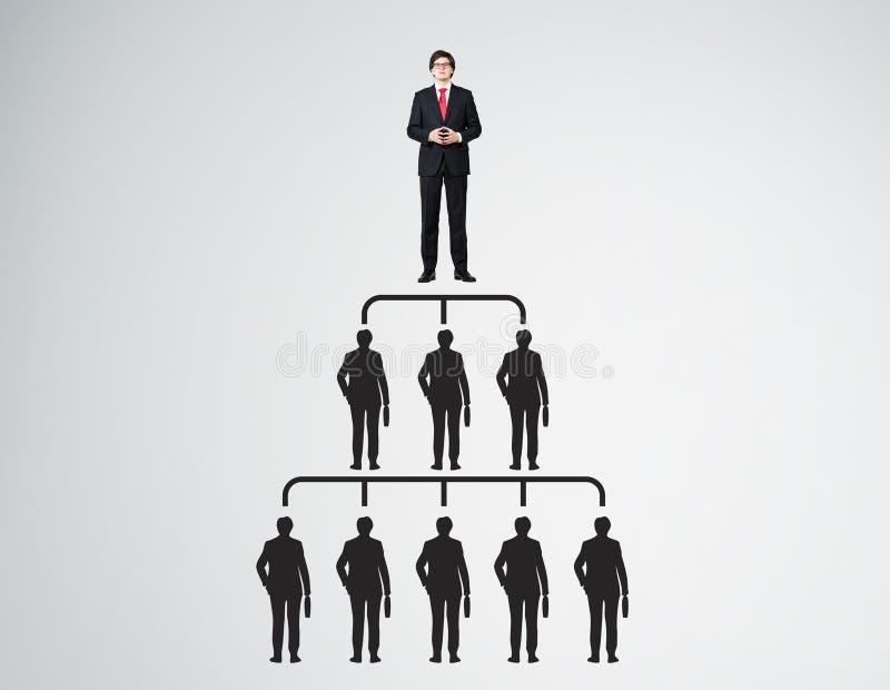 Piramide della gente con il capo in legame rosso royalty illustrazione gratis