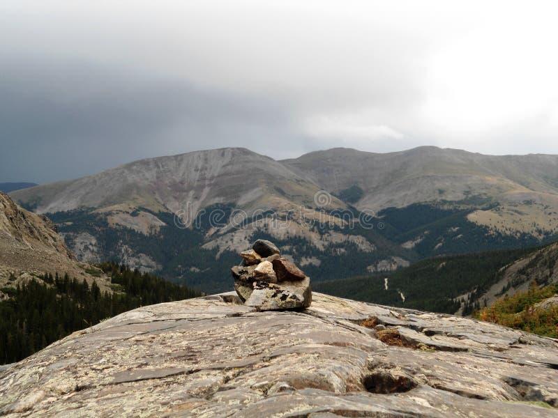 Piramide della roccia sulle montagne immagine stock