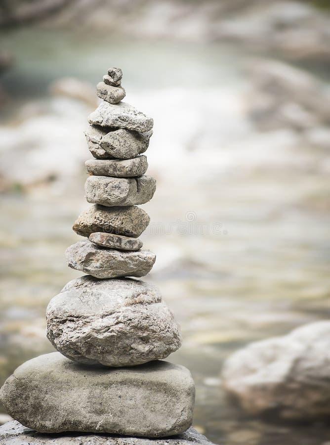 Piramide delle pietre di zen, concetto di benessere di equilibrio ed armonia immagine stock