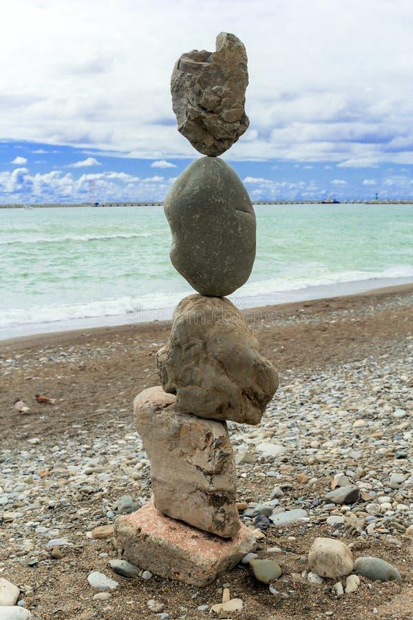 Piramide delle pietre sulla riva di mare immagine stock