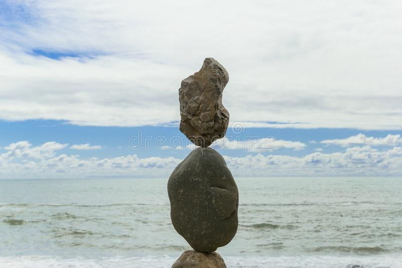 Piramide delle pietre sulla riva di mare fotografia stock libera da diritti
