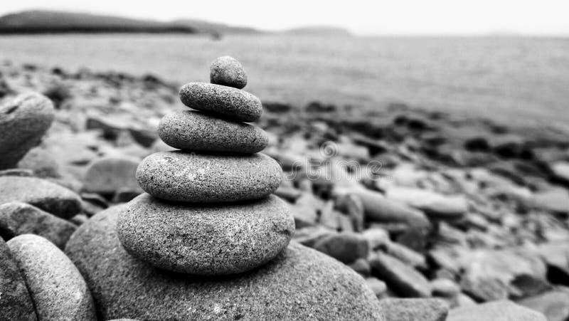 Piramide delle pietre sulla spiaggia fotografie stock