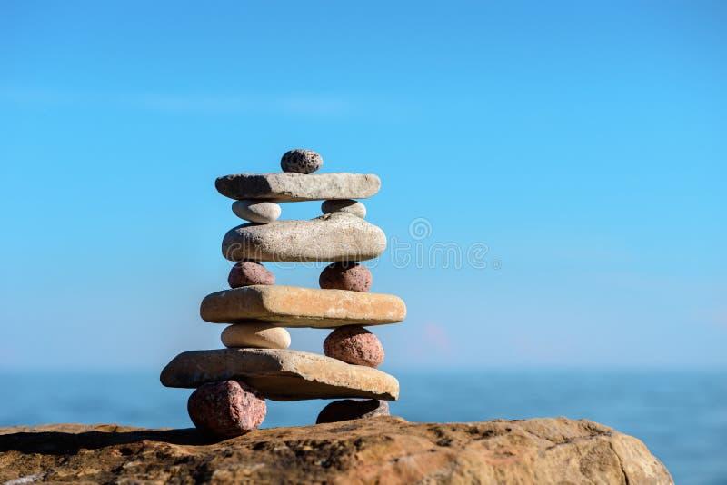 Piramide delle pietre sulla spiaggia immagine stock
