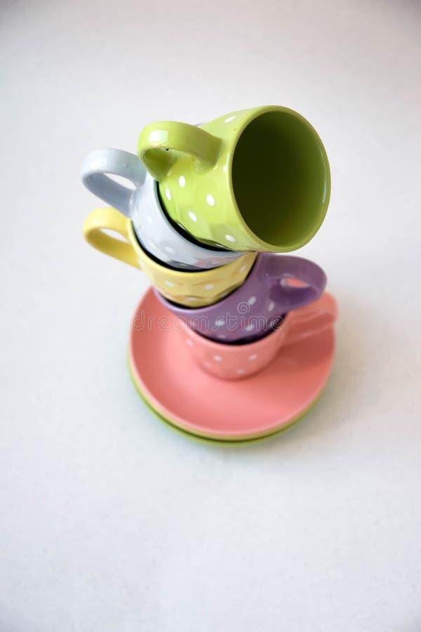 Piramide delle tazze di tè, su un fondo bianco fotografia stock