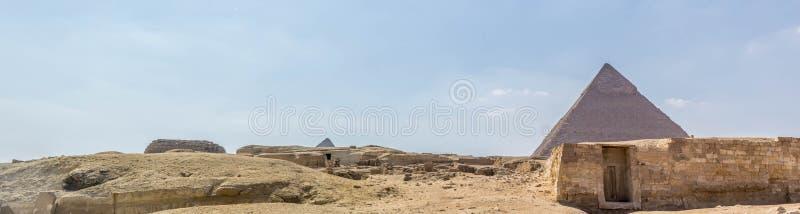Piramide di Khafre sui precedenti delle rovine della città immagine stock