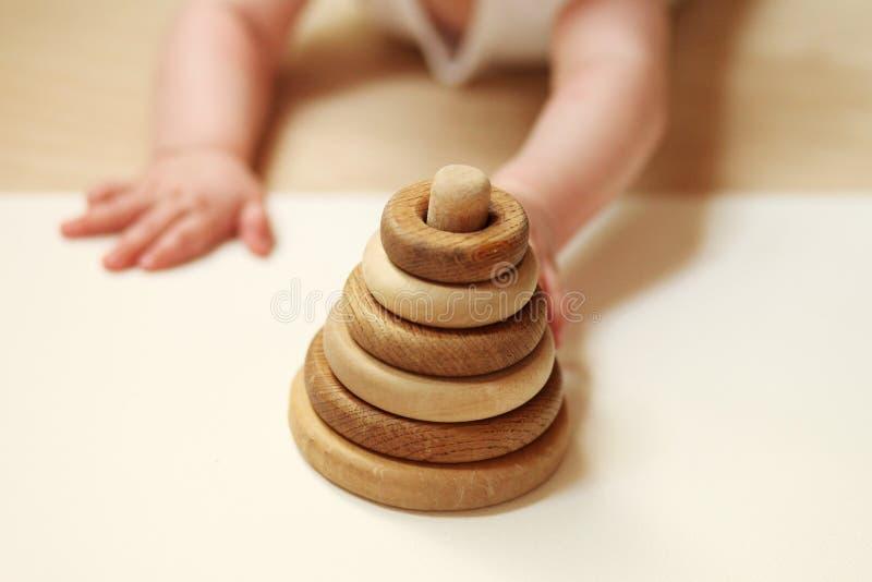 Piramide di legno del bambino - rappresentare piramide dei bisogni fotografie stock libere da diritti
