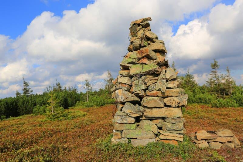 Piramide di pietra sulla cima della montagna fotografia stock libera da diritti