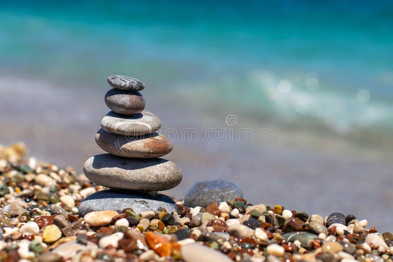 Piramide di pietre sulla spiaggia di pebble vicino all'oceano Obo da ciottoli Torre di pietra sulla spiaggia Equilibrio, tranquil immagini stock libere da diritti