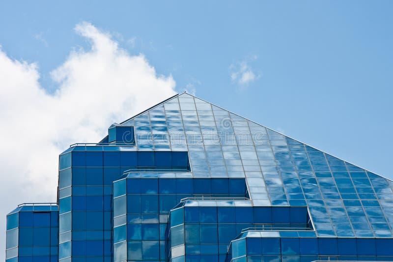 Piramide di vetro blu in cima alla torretta dell'ufficio immagine stock