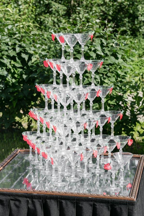 Piramide di vetro di Champagne sulla festa nuziale Torre dei bicchieri di vino immagine stock