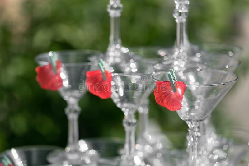 Piramide di vetro di Champagne sulla festa nuziale Torre dei bicchieri di vino fotografia stock libera da diritti