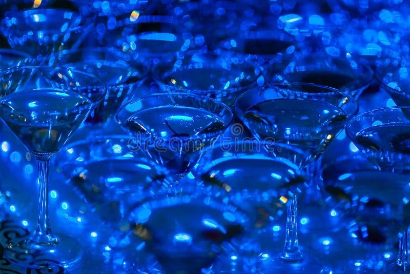 Piramide di vetro di Champagne sulla festa nuziale Torre dei bicchieri di vino immagini stock libere da diritti