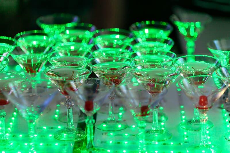 Piramide di vetro di Champagne sulla festa nuziale Torre dei bicchieri di vino fotografia stock