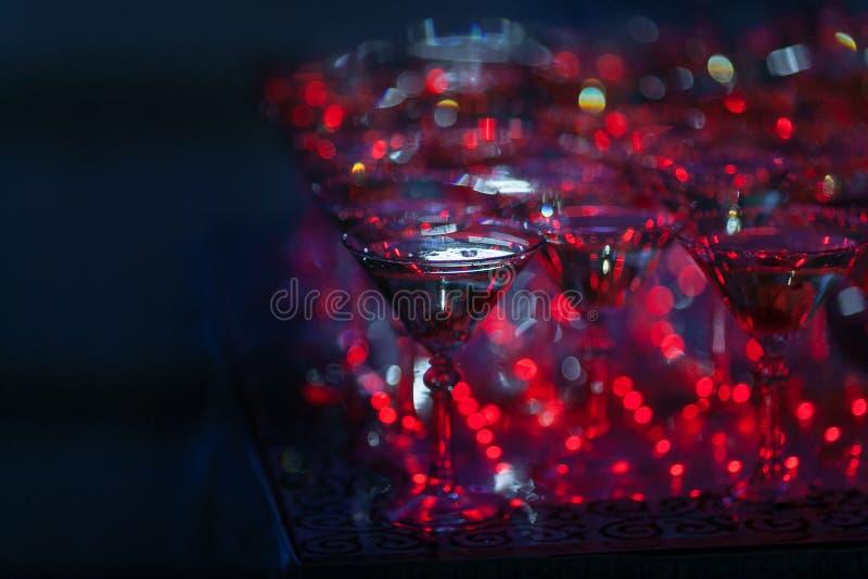 Piramide di vetro di Champagne sulla festa nuziale Torre dei bicchieri di vino fotografie stock libere da diritti