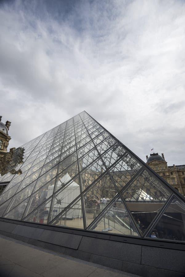 Piramide di vetro del Louvre fotografia stock